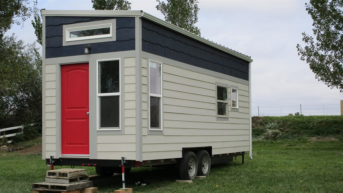 Newlyweds hunt for a mobile tiny home with room for their dogs.